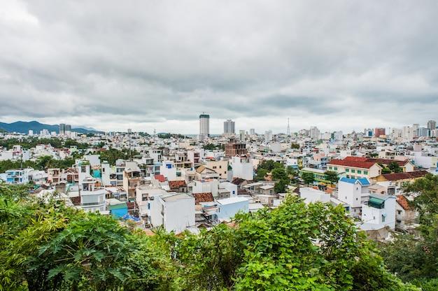 高台からの街ニャチャンベトナムの眺め。アジア旅行のコンセプト