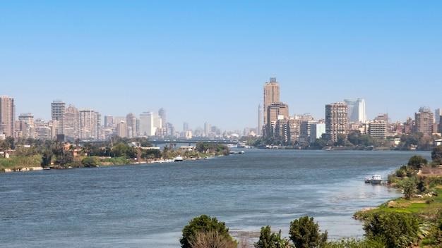 Вид на город каир с густонаселенными жилыми домами и зданиями