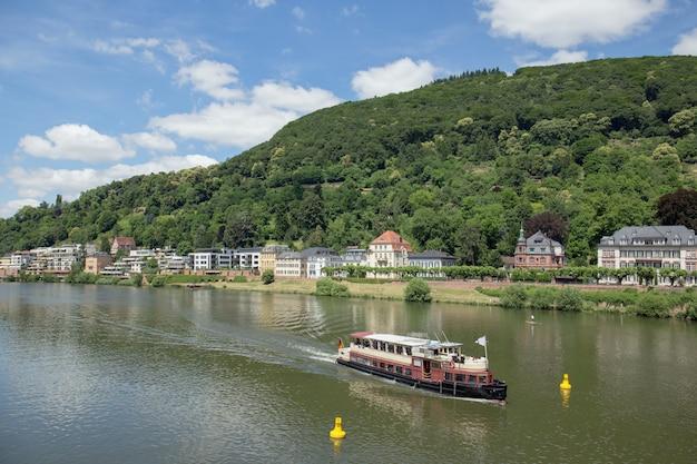 ドイツ南西部のネッカー川のほとりにあるハイデルベルク市の景色。