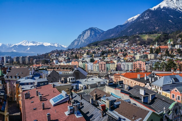 屋上からのインスブルックの街の眺め。オーストリア
