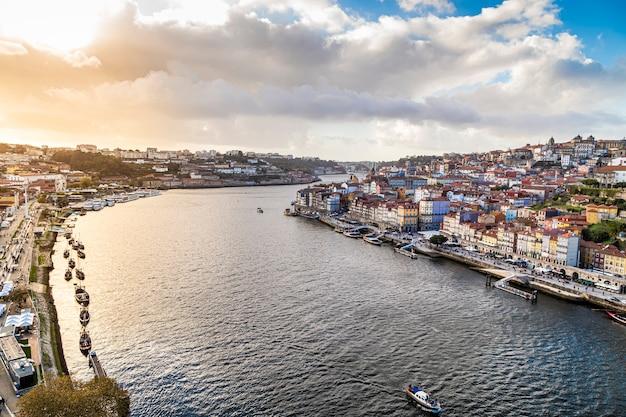 Вид на город порту и город вила-нова-де-гайя лодки