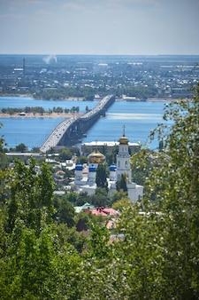 Вид на город саратов и мост через реку волгу.