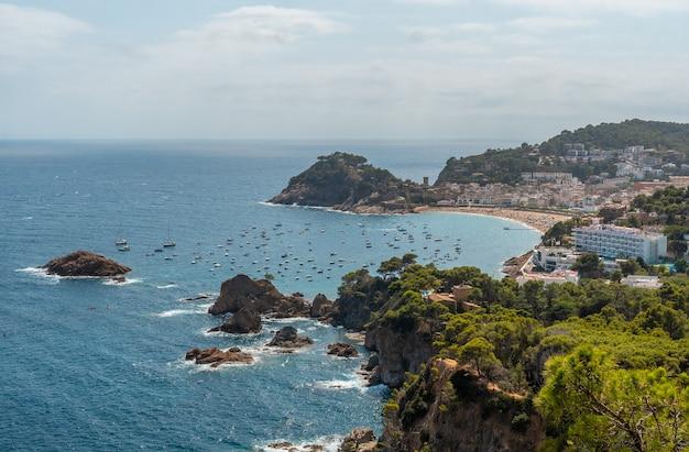 지중해의 카탈로니아 코스타 브라바에 있는 지로나(girona)의 관점에서 위에서 본 토사 데 마르(tossa de mar) 시의 전망