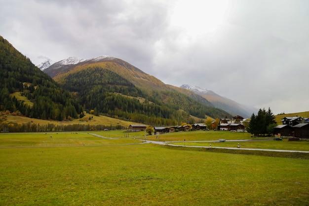 雨の日のスイスの秋の季節の街並みと自然公園の眺め