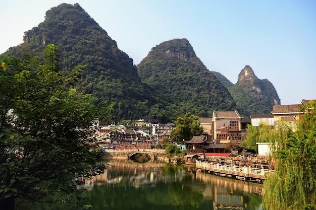 山々に囲まれた湖畔の街並み、桂林、