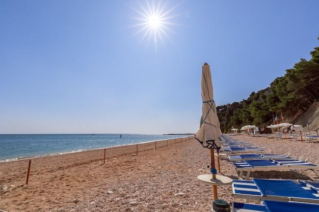 Вид на чистое изумрудное море с пляжа урбани, ривьера дель конеро. сироло, италия.