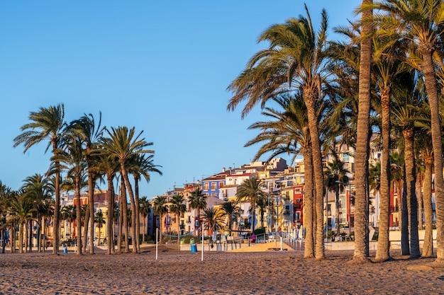 일출, 알리 칸테, 스페인 해변에서 villajoyosa 마을의 다채로운 주택의 전망.