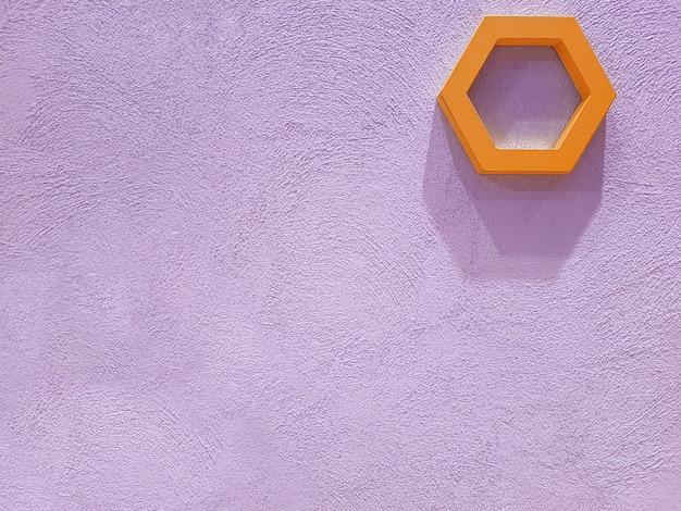 Вид на бетонную оштукатуренную стену фиолетового цвета, на которой висят элементы декора в виде шестиугольников, из которых падают жесткие тени. концепция текстуры, интерьер