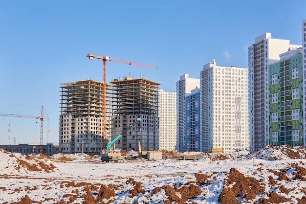 다층 아파트 단지의 건설 모습