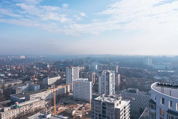 青い朝の空を背景にした高層ビルの建設の様子。穏やかな街並み、バルコニービュー。