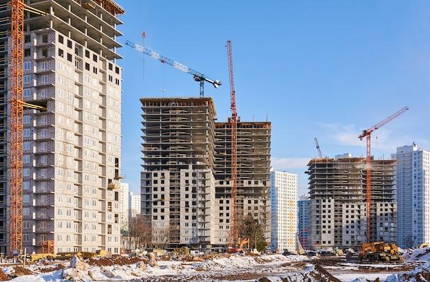 다층 아파트 단지의 건설 현장 보기