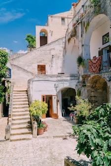 晴れた日の古いカラフルなイタリアの家の中庭の眺め