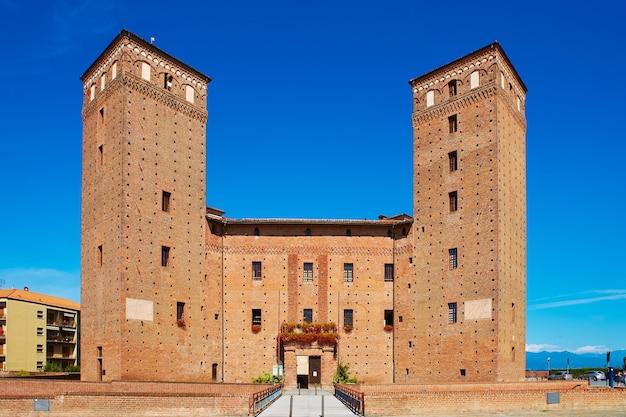フォッサノのアカハの城の原則の中庭の眺め。