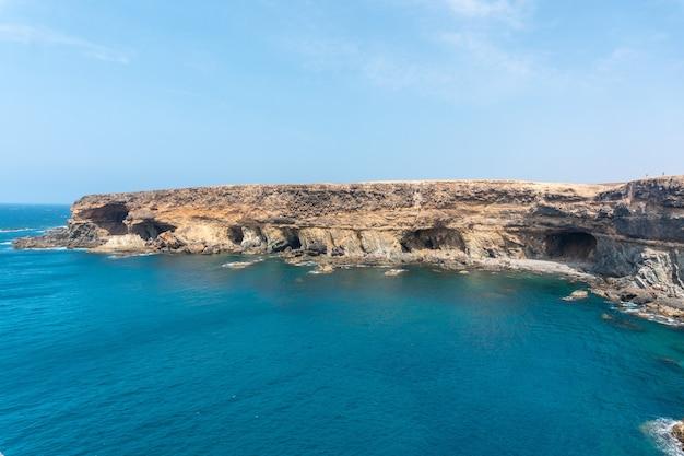 Вид на куэвас-де-ажуй, пахара, западное побережье острова фуэртевентура, канарские острова. испания