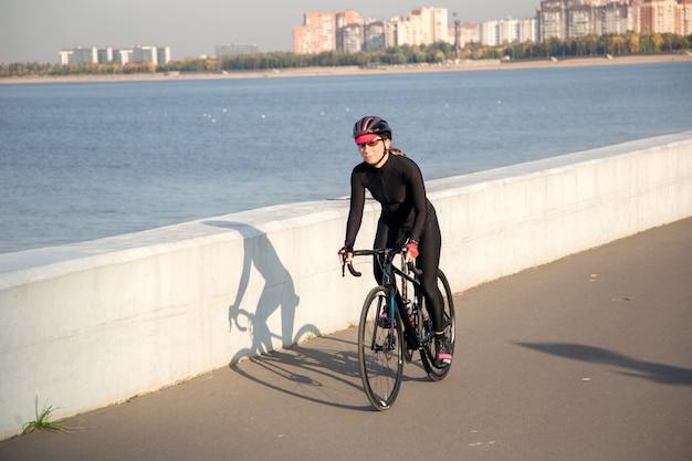 堤防に沿って乗っているサイクリストのビュー
