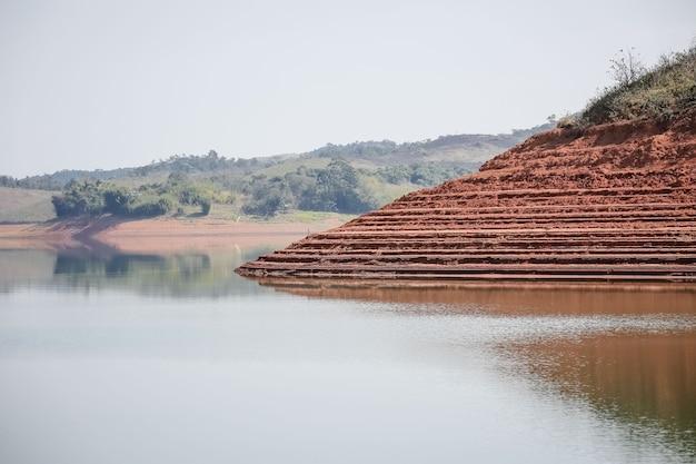 저수위 수위 위기에 처한 댐의 모습