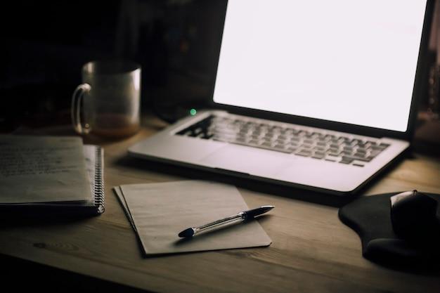 デスクトップのスタイリッシュな色付きの写真のビュー