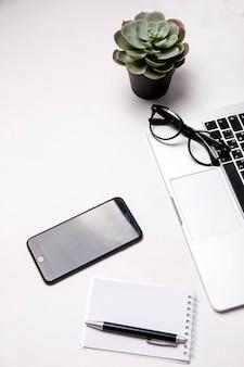 Вид на рабочий стол с кофе и ноутбуком