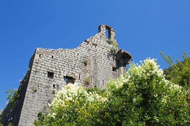 夏の日に破壊された古い要塞の眺め。閉じる。ペラスト。モンテネグロ。