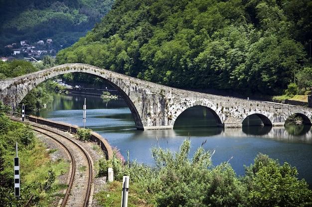 イタリア、ルッカの悪魔の橋の眺め