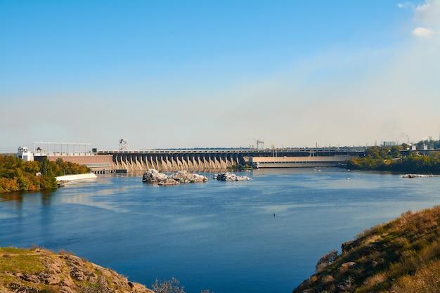 Khortytsya 섬에서 dneproges 댐의 전망