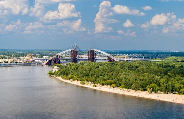 キエフで建設中の橋のあるドニエプル川の眺め