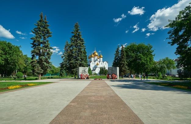 Вид на успенский собор с мемориала «вечный огонь».