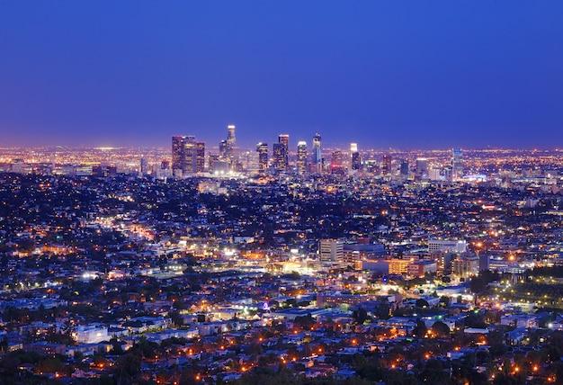 カリフォルニア州ロサンゼルス、グリフィス公園のグリフィス天文台からの夜のロサンゼルスのダウンタウンのスカイラインの眺め。
