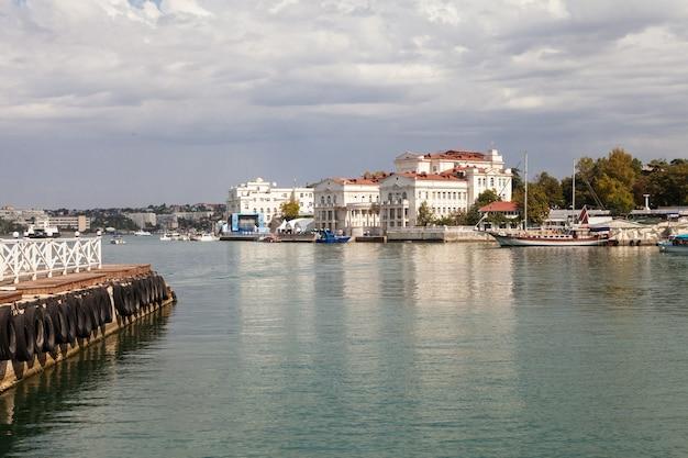 Вид на набережную и прогулочные катера в севастополе в крыму