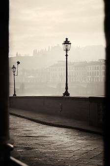 フィレンツェの堤防の朝の眺め