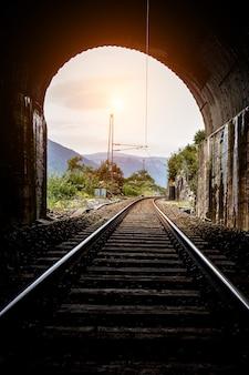 トンネルの終わりの眺め。線路。鉄道。トンネルの終わりにあるライト