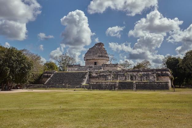メキシコのチチェンイツァ考古学複合施設の天文台全体の眺め