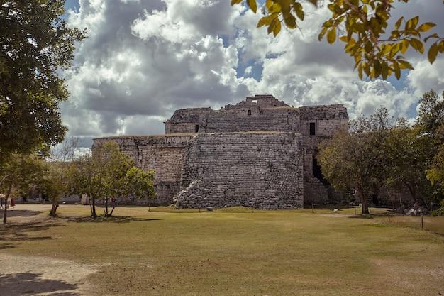 メキシコのチチェンイツァ考古学複合施設の「マトリョーシカ」ピラミッド全体のビュー