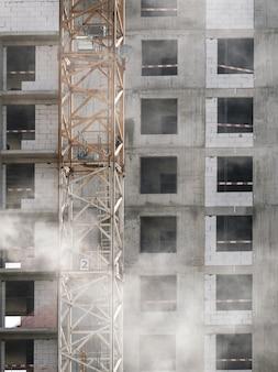 Вид на фасад строящегося многоэтажного бетонного монолитного дома