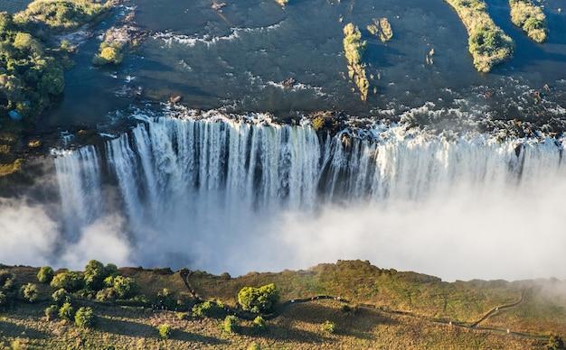 鳥の飛行の高さからの滝の眺め
