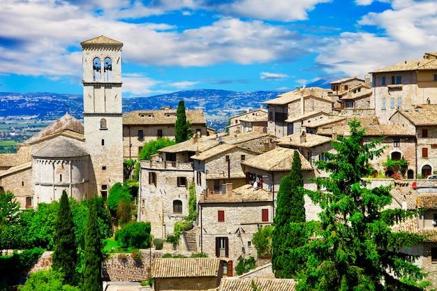 イタリア、アッシジ、聖フランチェスコの有名な大聖堂の眺め