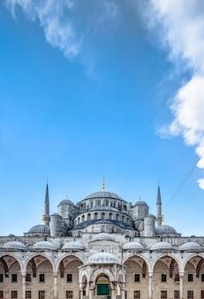 トルコのイスタンブールにある有名なブルーモスクスルタンアフメットキャミの眺め