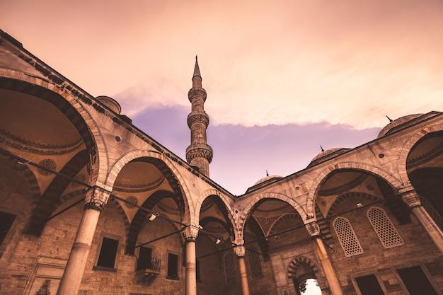 Вид на знаменитую голубую мечеть султана ахмета джами в стамбуле, турция