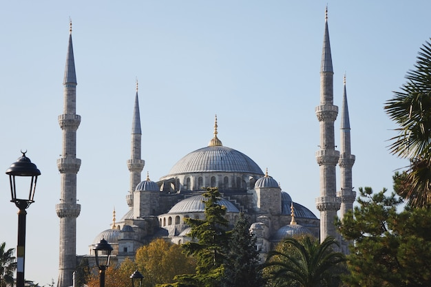 Вид на знаменитую голубую мечеть султана ахмет джами в стамбуле, турция