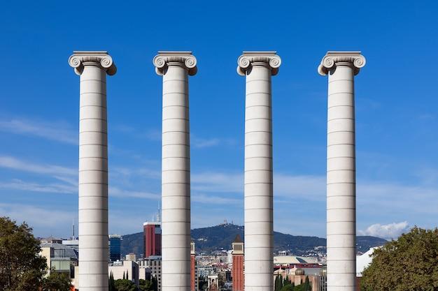 Josep puig cadafalch가 만든 유명한 four columns les quatre columnes의 전망. 바르셀로나, 스페인