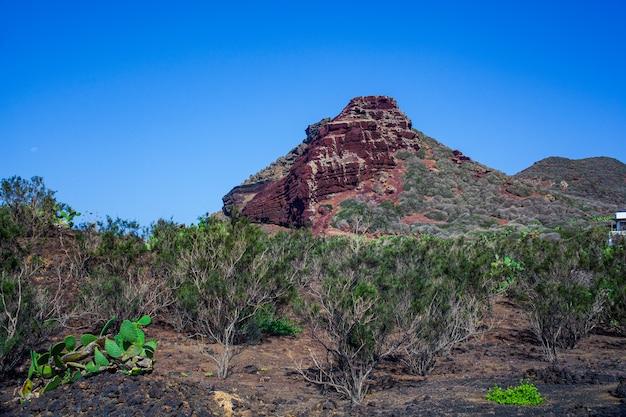 Вид на знаменитую гору калькарелла, сицилия