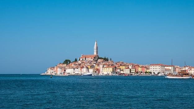澄んだ空にクロアチアの有名なロヴィニの眺め