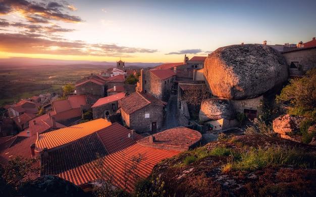 ポルトガル、モンサントの有名な村の眺め。