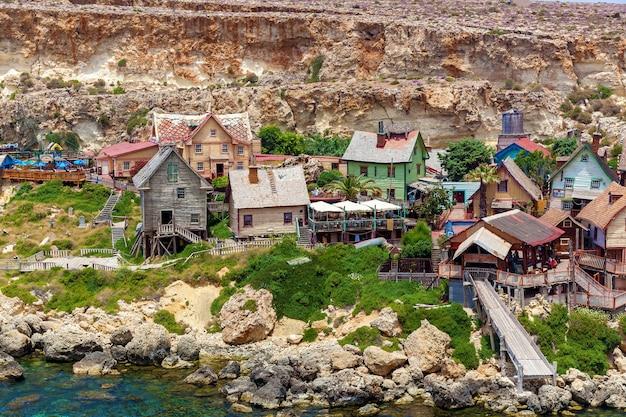 カラフルな木造家屋とマルタ湾のある有名なポパイ村の眺め。