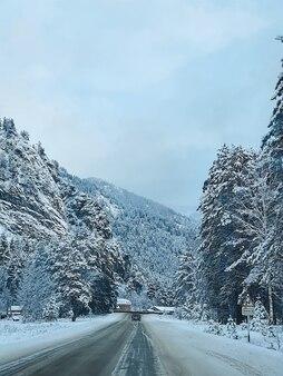 Вид на лес, горы и дорогу зимой