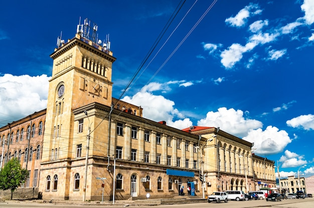 アルメニア、ギュムリの独立広場にある旧織物工場の眺め