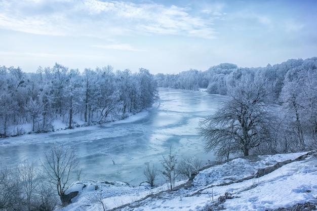 Вид на замерзшую реку с горы