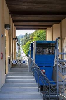 イタリア、サンペレグリノロンバルディアのケーブルカーの眺め