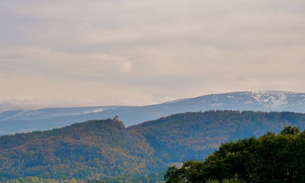 ポーランドの谷からの巨大な山々の眺め