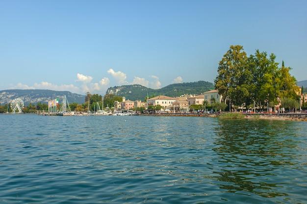 イタリアの有名な場所、バルドリーノからのグラダ湖の眺め